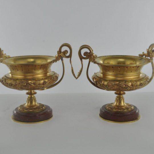 Винтажная пара бронзовых  ваз в позолоте