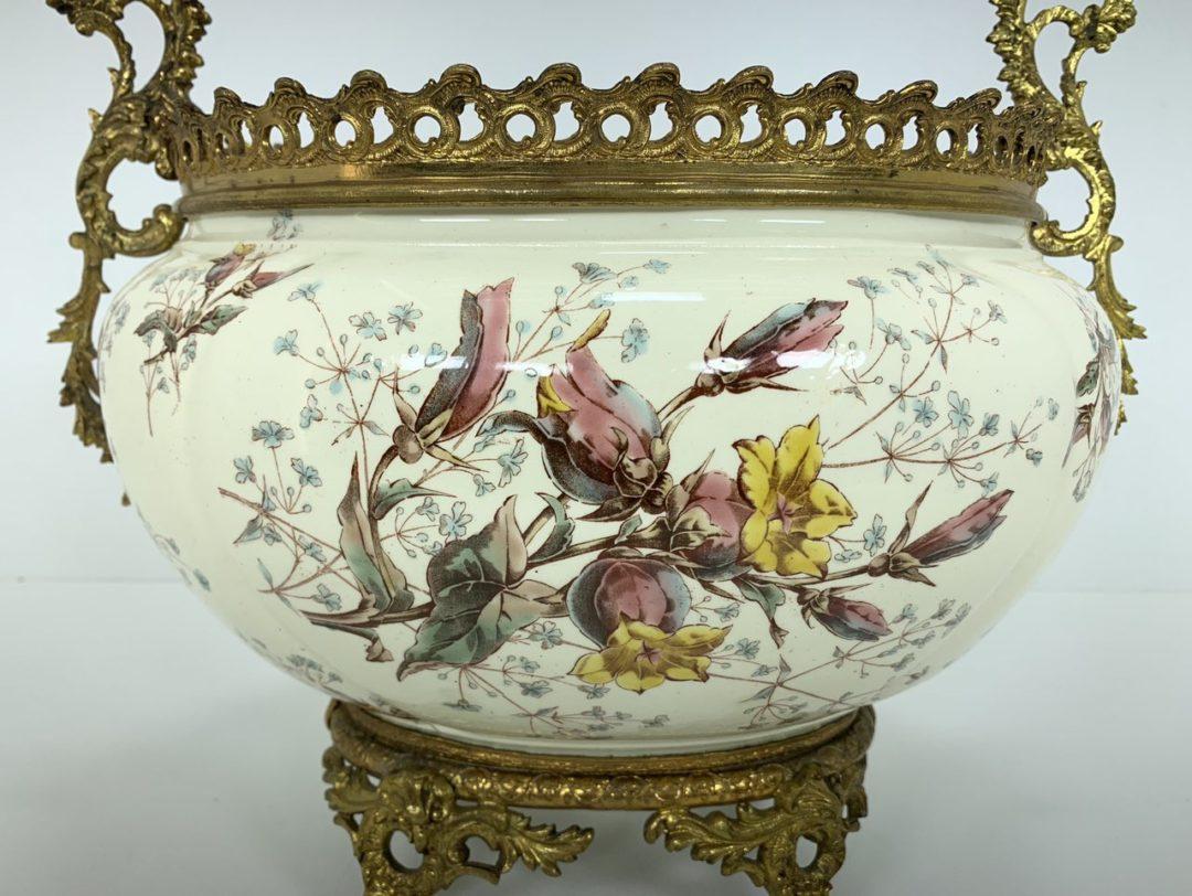 Антикварная керамическая ваза в бронзовой оправе