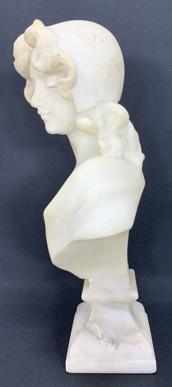 Антикварный мраморный бюст девушки
