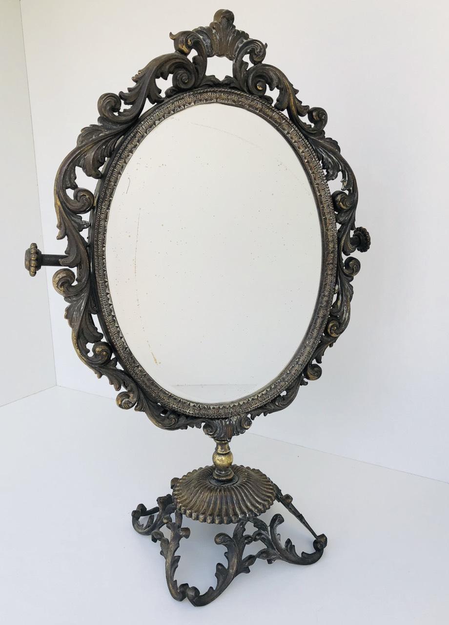 Винтажное металлическое зеркало на ножке