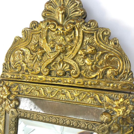 Антикварное зеркало в медной раме