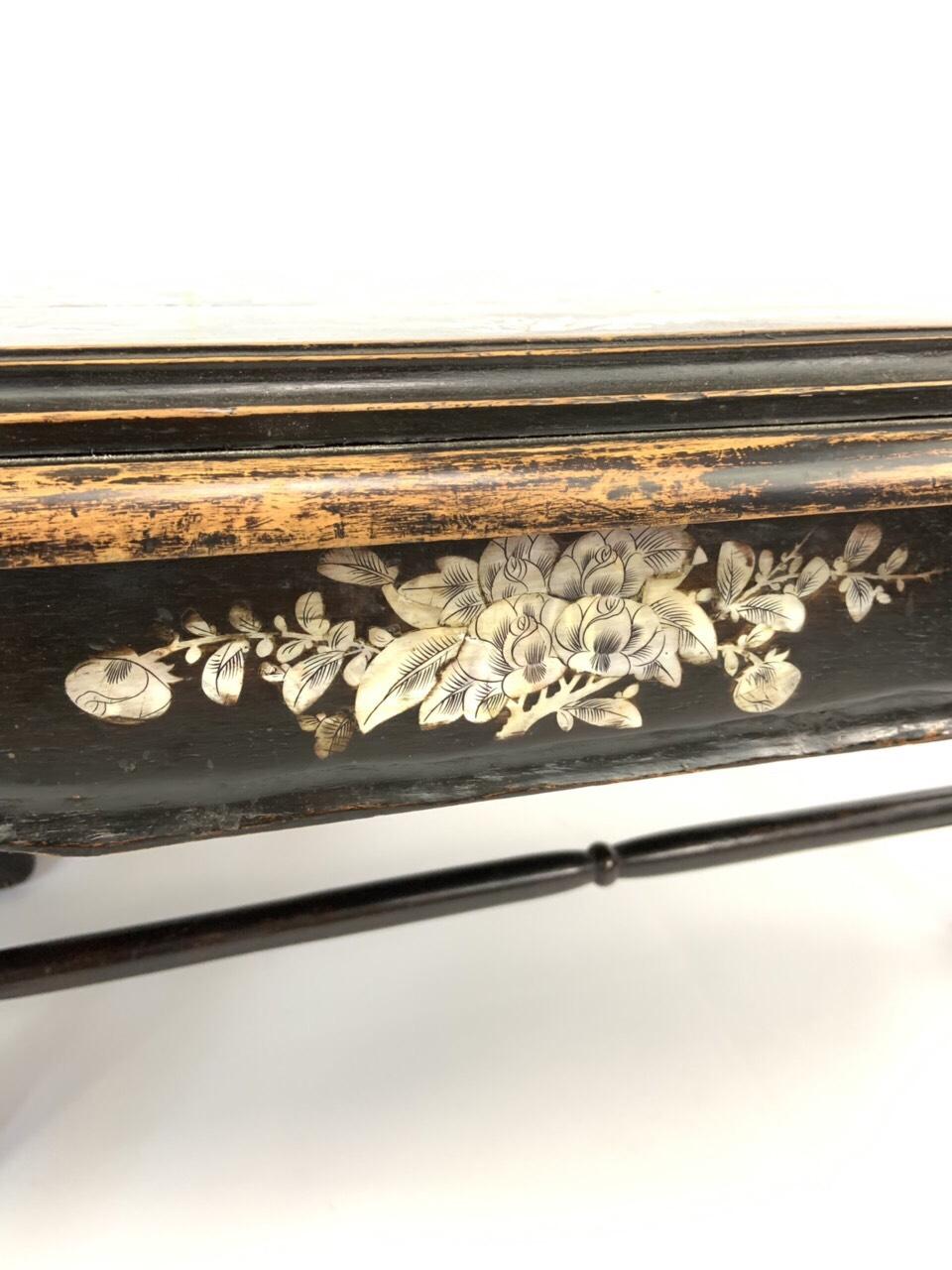 Антикварный низкий стол в стиле Шинуазри