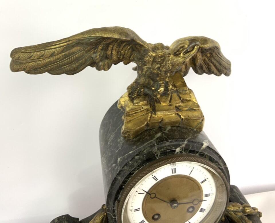Антикварные каминные часы с сюжетом из бронзы