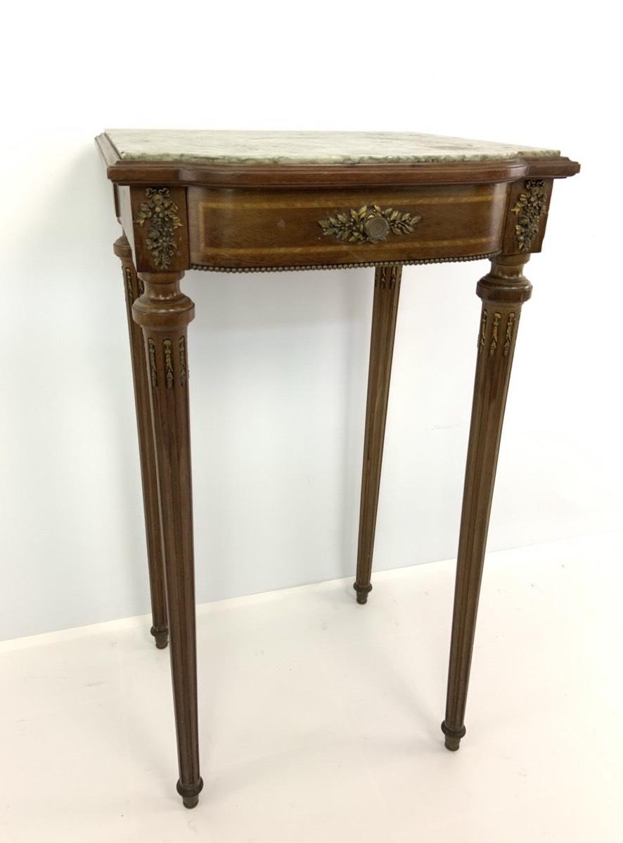 Антикварный столик с мраморной столешницей