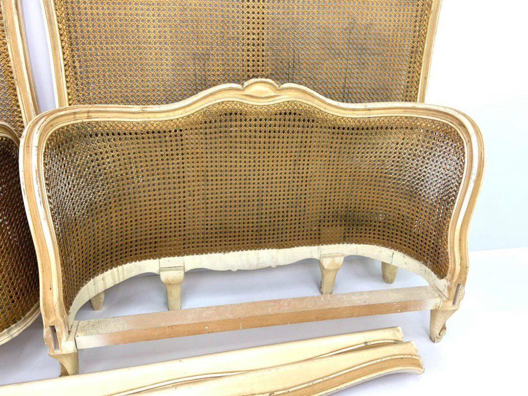 Антикварная пара кроватей с ротангом в стиле Луи XV