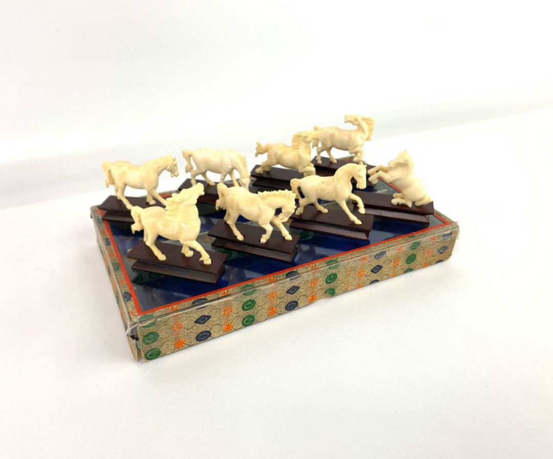 Антикварные фигурки лошадей из слоновой кости