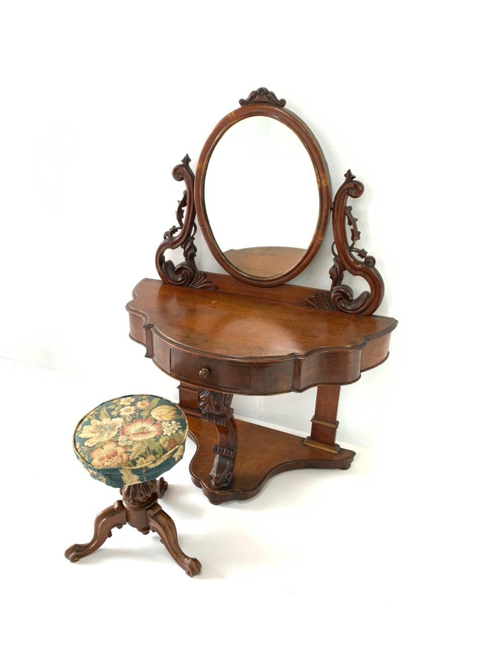 Антикварный туалетный столик с табуретом