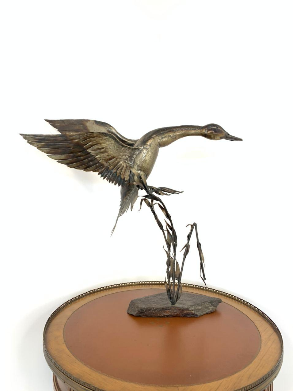 Винтажная металлическая композиция на каменном цоколе
