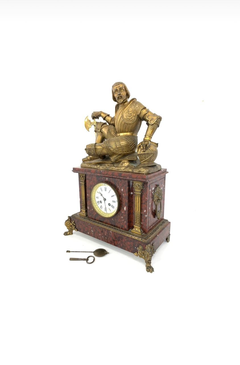 Антикварные часы с бронзовым сюжетом