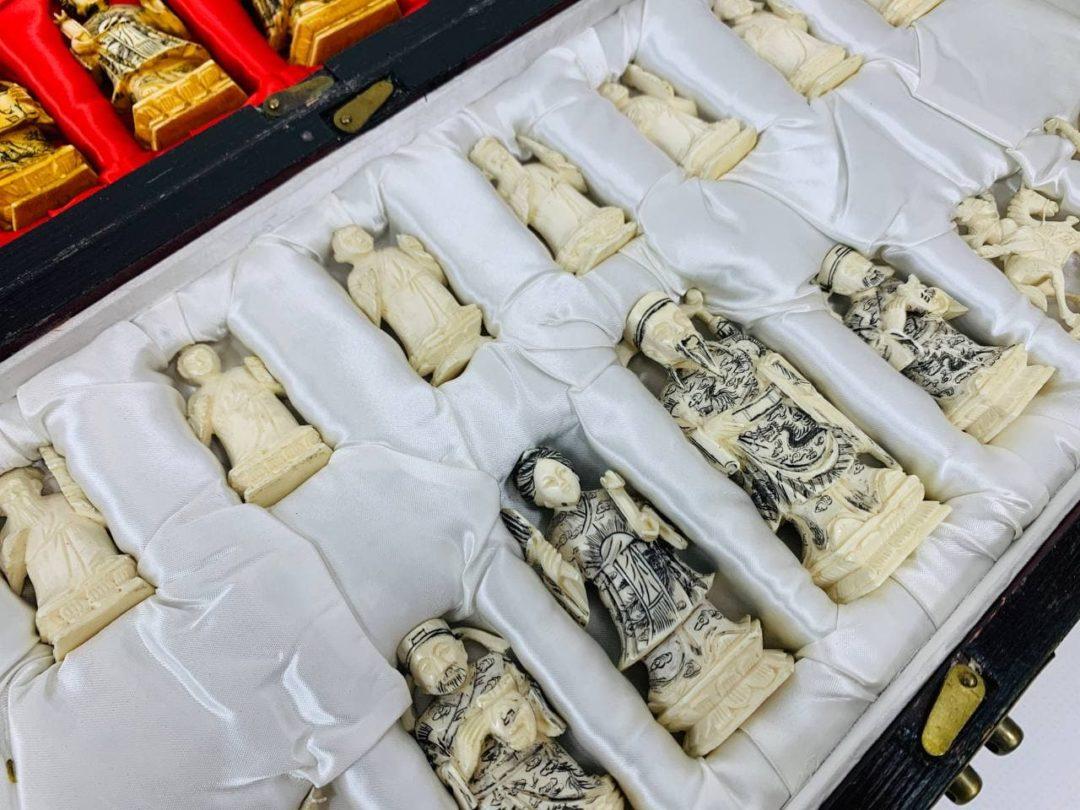 Антикварные шахматы из слоновой кости в восточном стиле