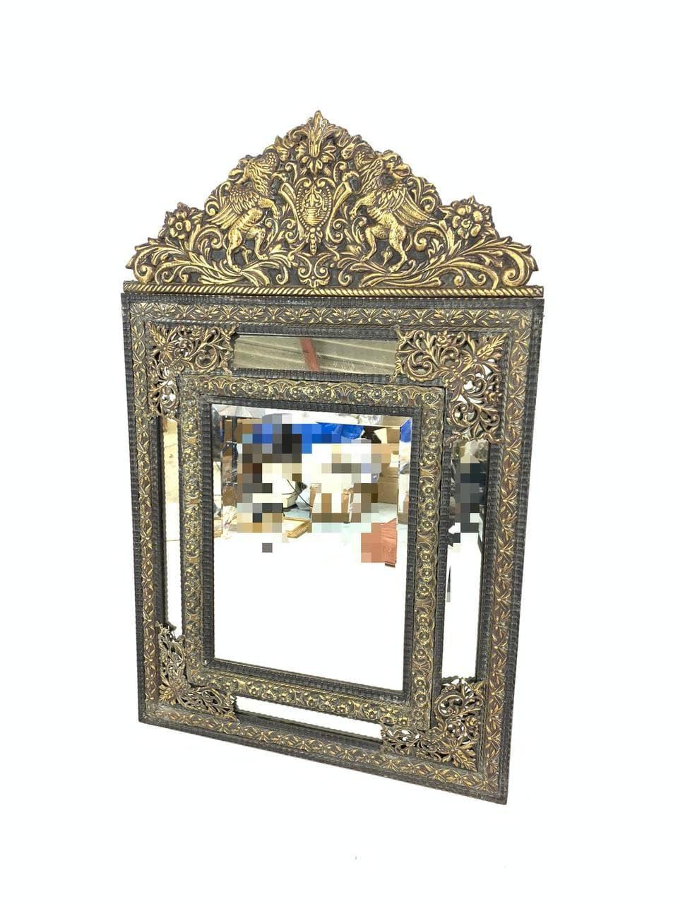 Антикварное зеркало в медной чеканке