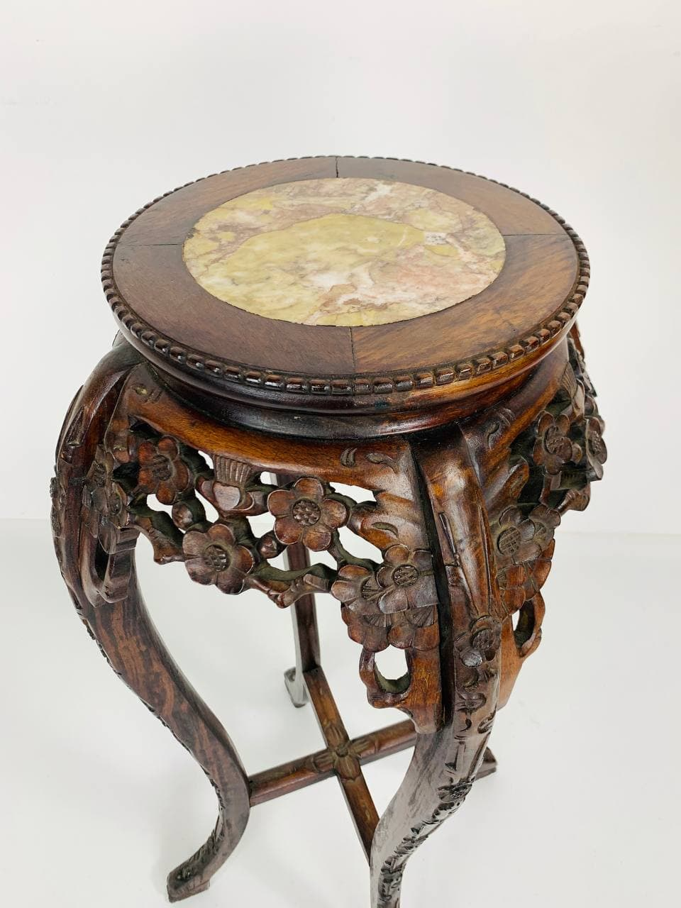 Антикварная подставка-столик из красного дерева