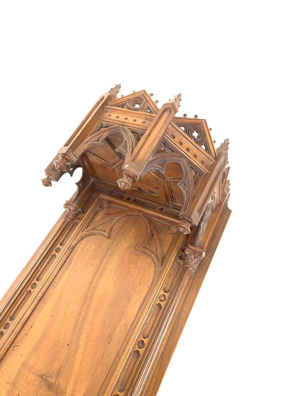 Антикварная полка под статую в стиле Готика