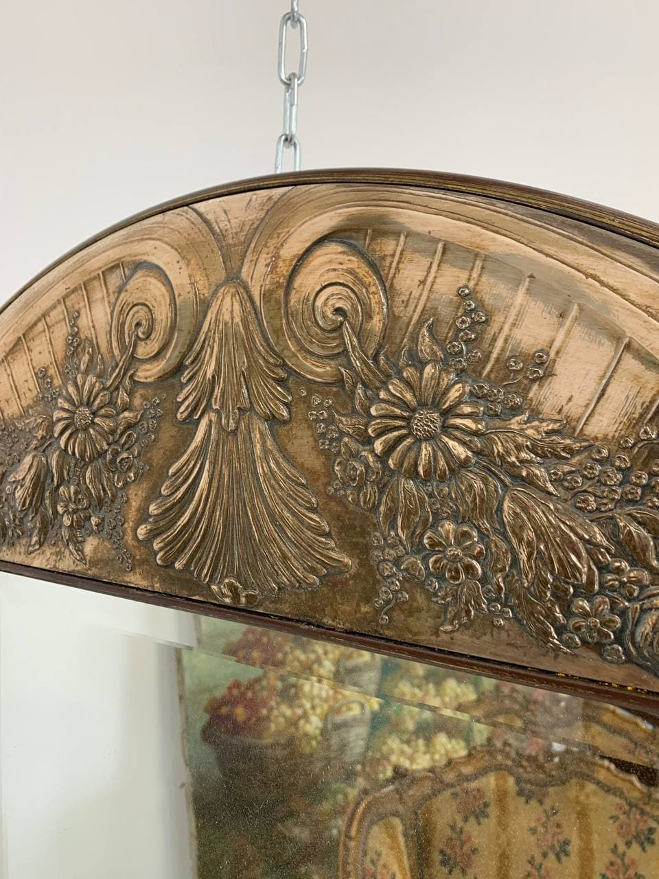 Антикварное зеркало в серебряном обрамлении