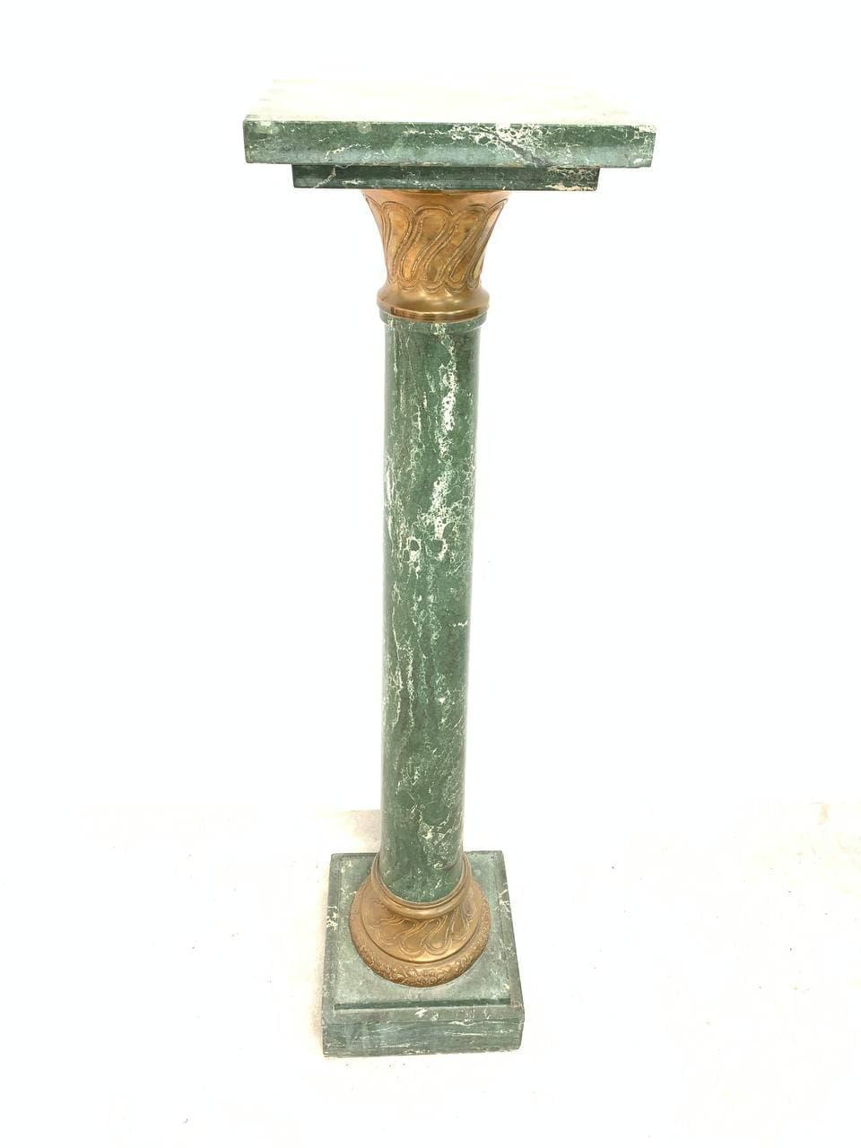 Антикварная бронзовая статуя на мраморной колонне «Похищение Прозерпины»