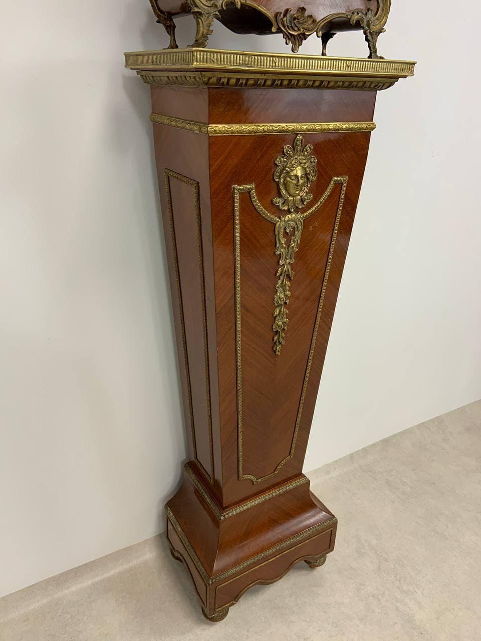 Антикварные часы на постаменте