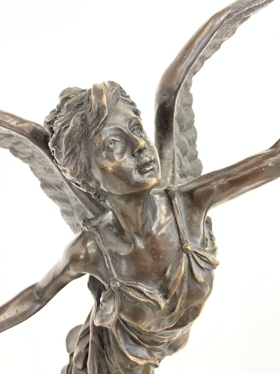 Антикварная статуя из бронзы богини победы