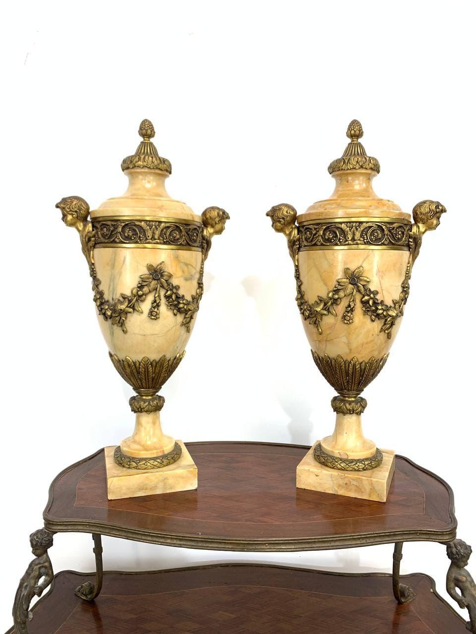 Антикварная пара мраморных ваз