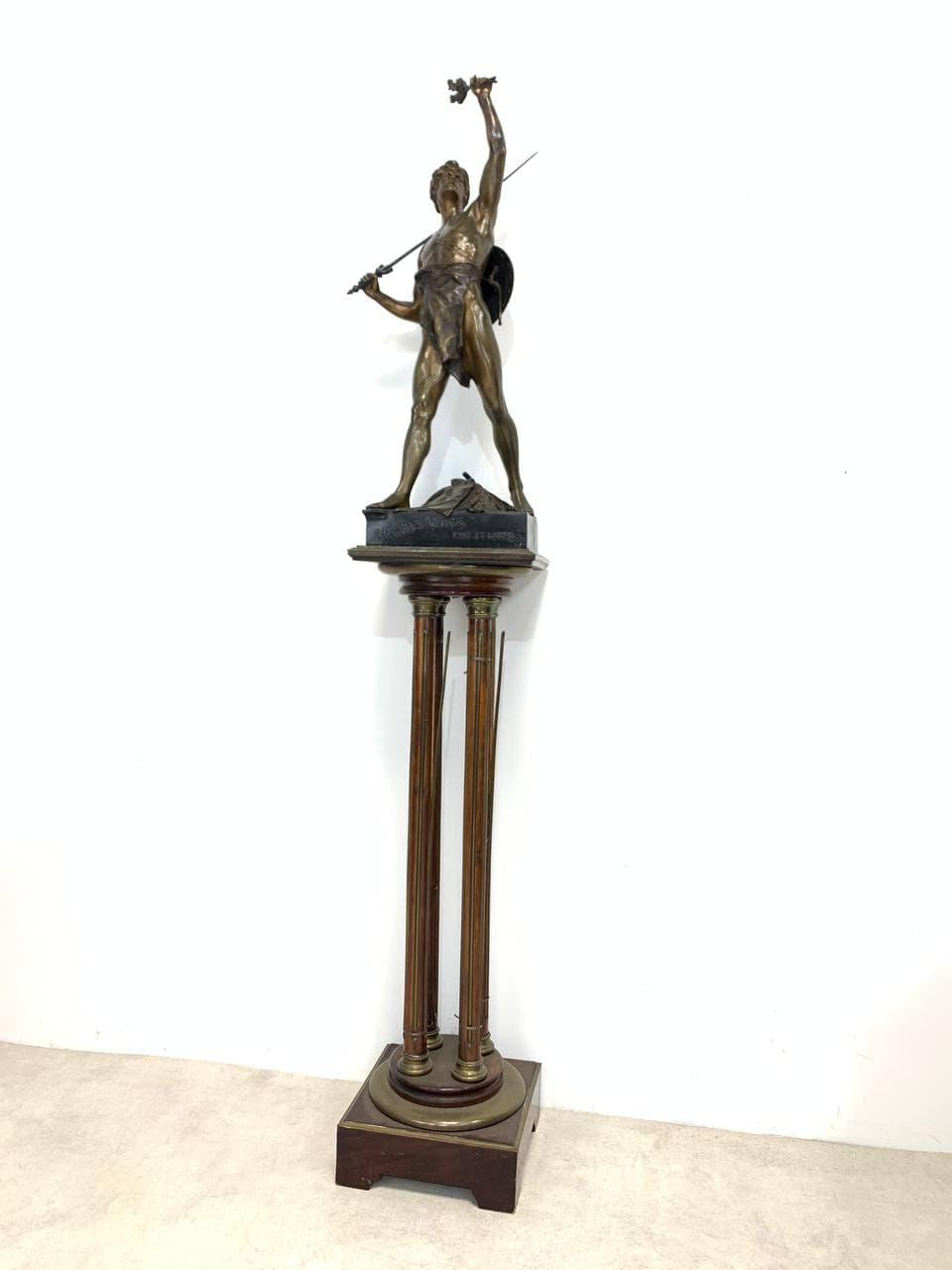 Антикварная бронзовая статуя воина