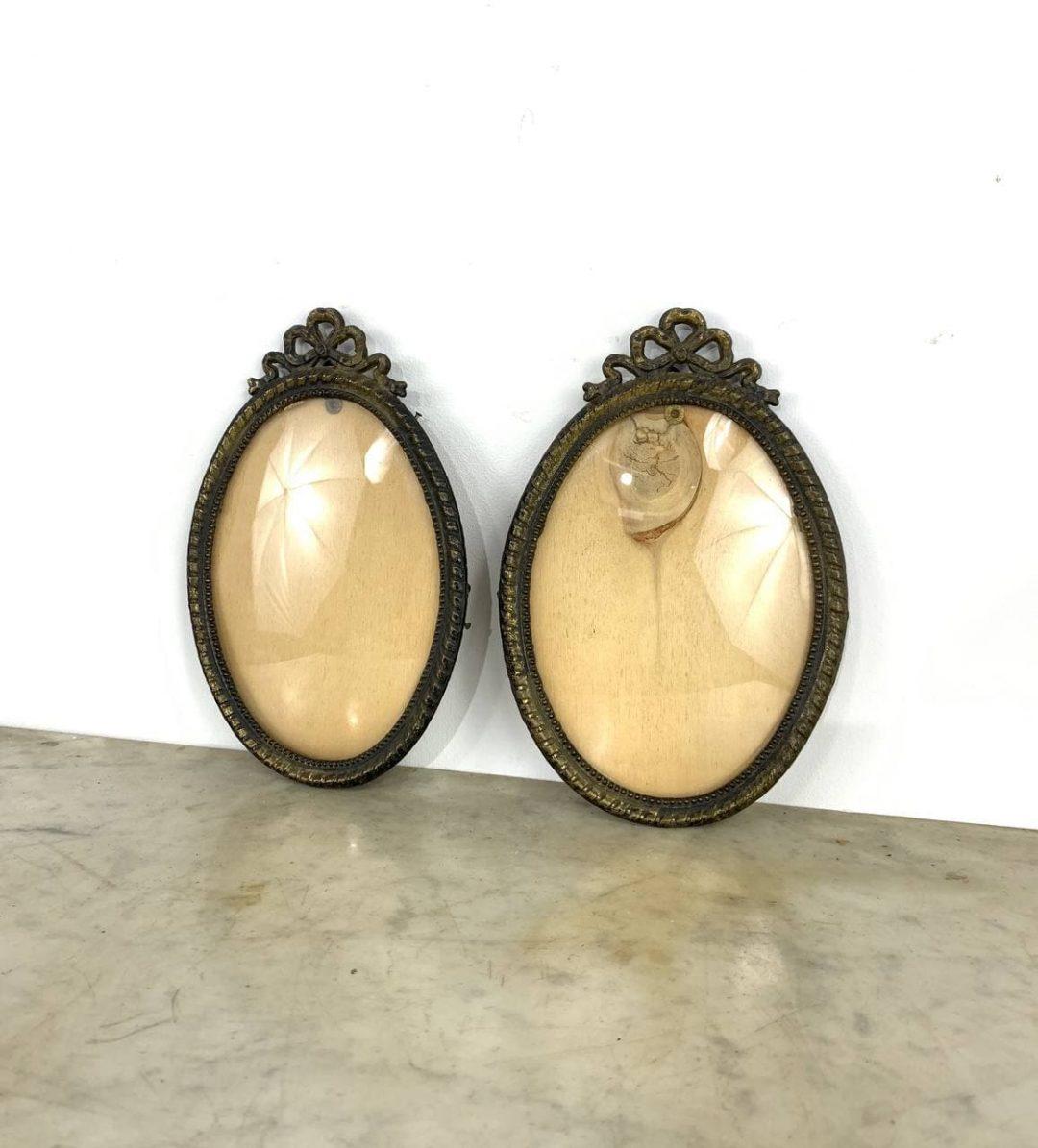 Антикварная пара бронзовых рамок с выпуклым стеклом