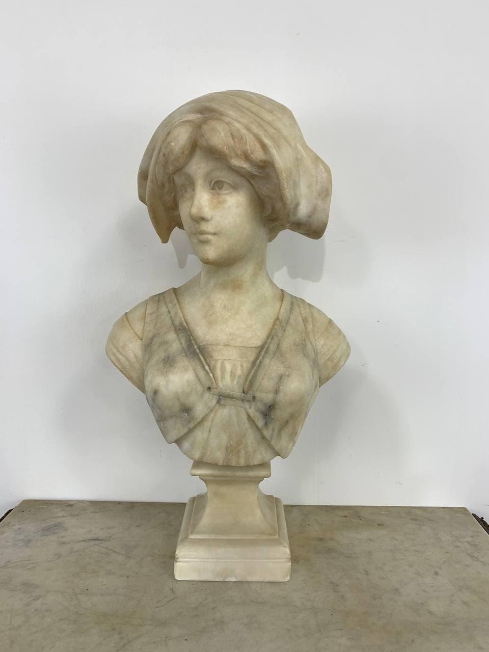 Антикварный бюст молодой девушки из мрамора