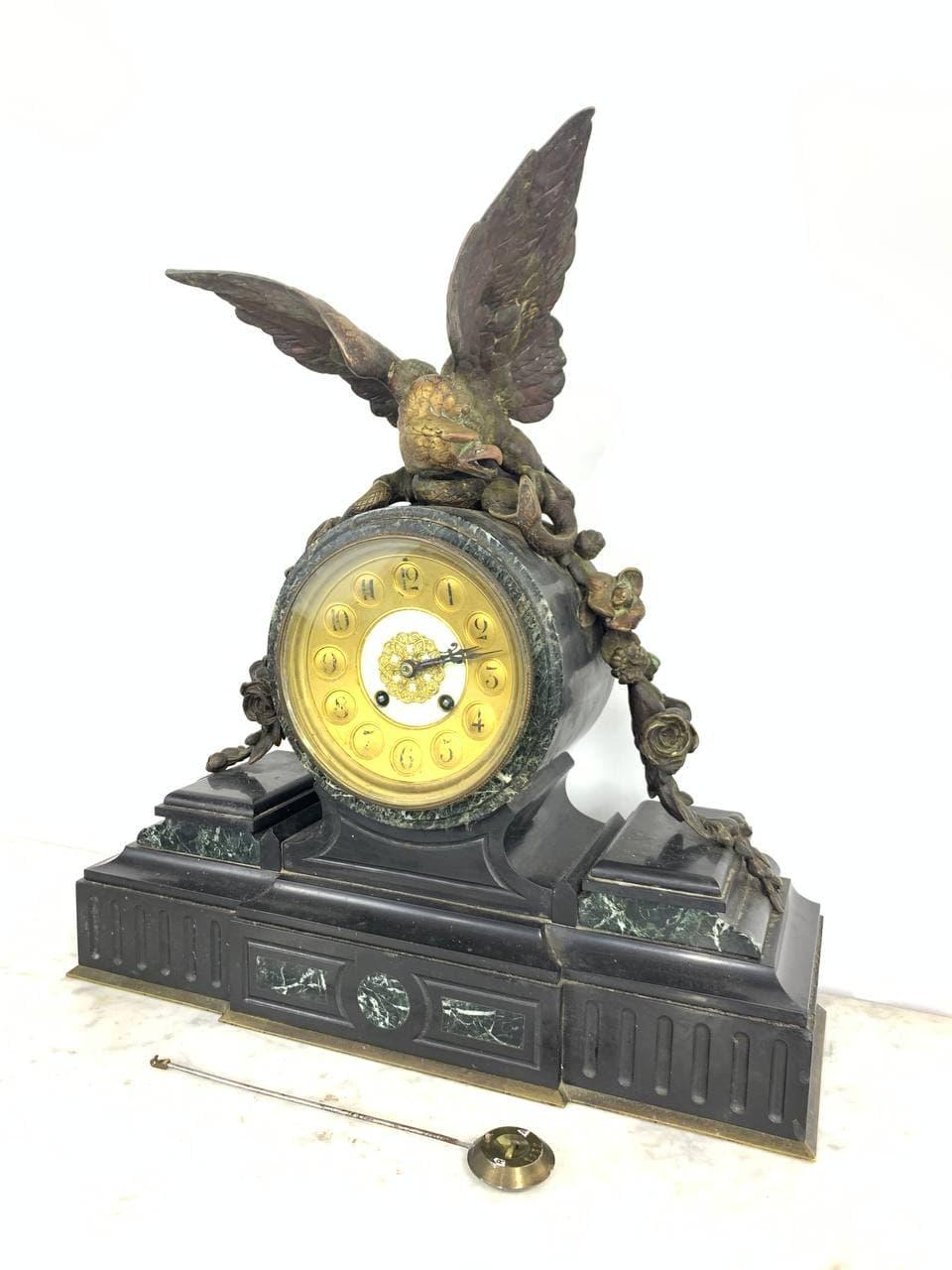 Антикварные часы с сюжетом из бронзы