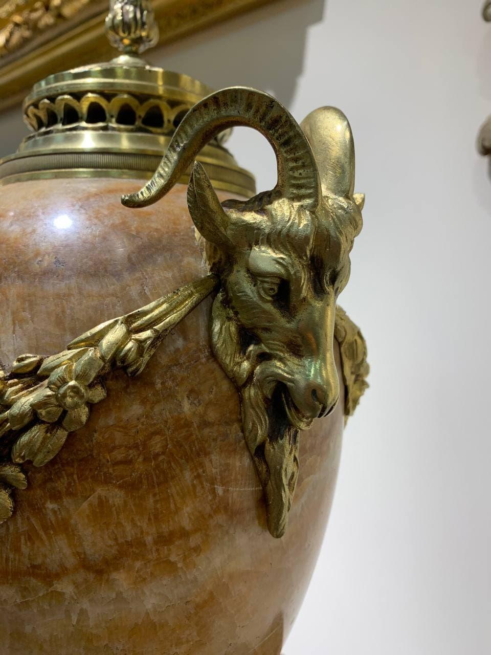 Антикварная пара мраморных ваз в бронзовой оправе