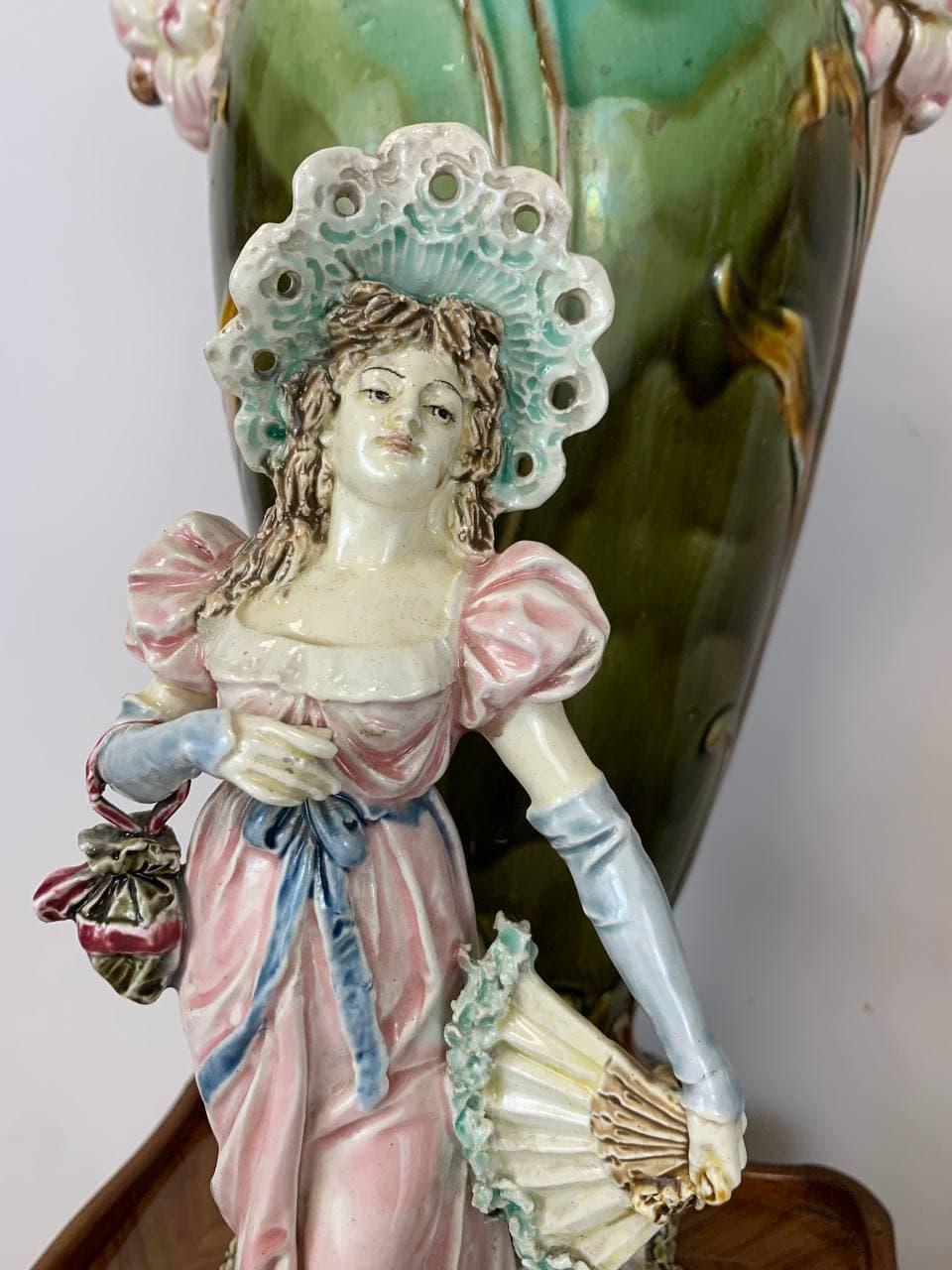 Антикварные вазы барботин с галантным сюжетом
