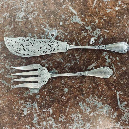 Антикварные серебряные принадлежности для сервировки блюда из рыбы