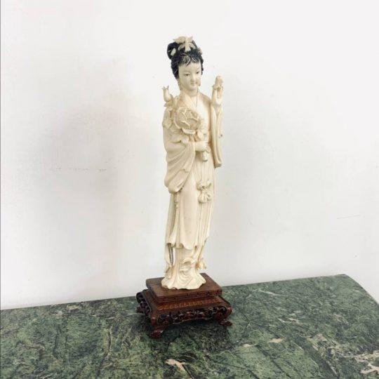 Антикварная статуэтка из слоновой кости