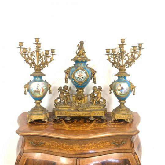 Антикварные часы с канделябрами из золочёной бронзы Севрской фарфоровой мануфактуры